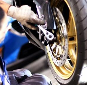 Montáž zadného motokolesa na rám motocykla