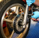 Montáž predného motokolesa z/na rám motocykla